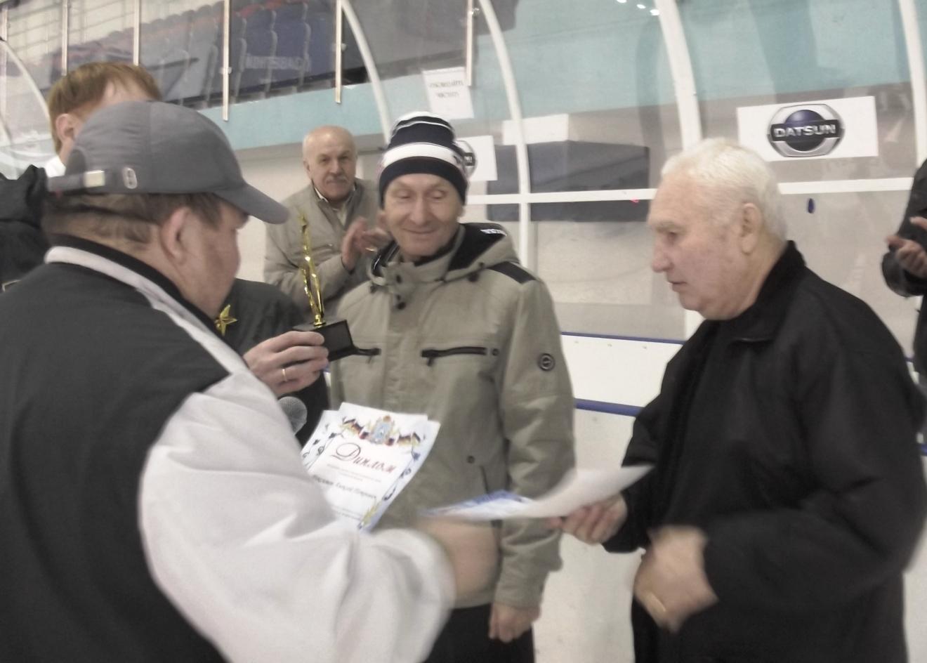 Памятный сувенир Геннадию Казакову вручает Владимир Долгов