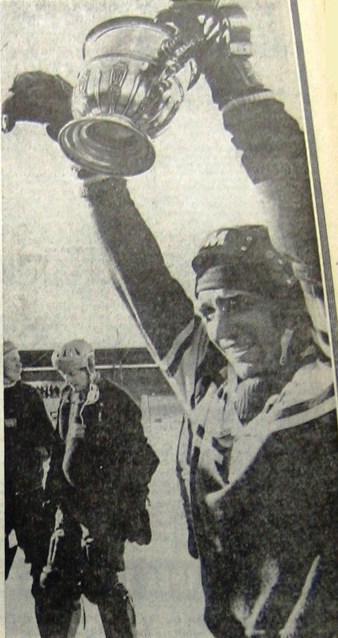 Капитан сборной Валерий Маслов с кубком.