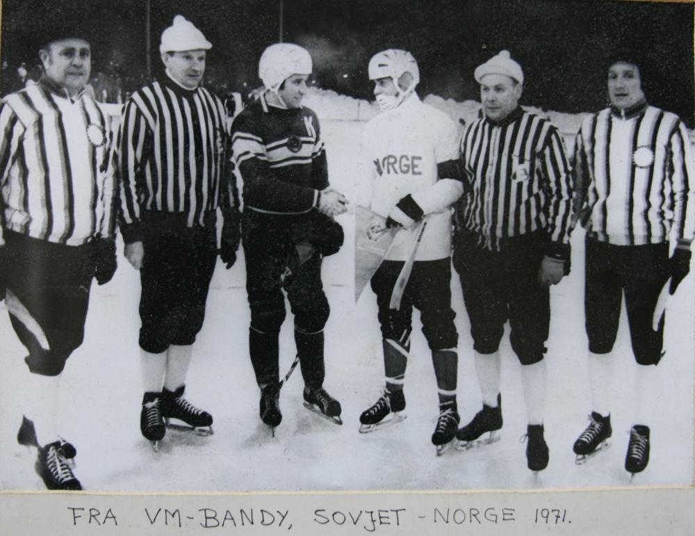 Перед матчем  СССР- Норвегия 8:1. Капитаны команд В. Маслов и А. Бротен.  По краям, с флажками, шведские судьи у ворот, рядом финские арбитры в поле