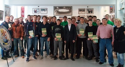 Гости турнира в музее спорта Кузбасса. Фото http://www.kuzbassbandyclub.ru/