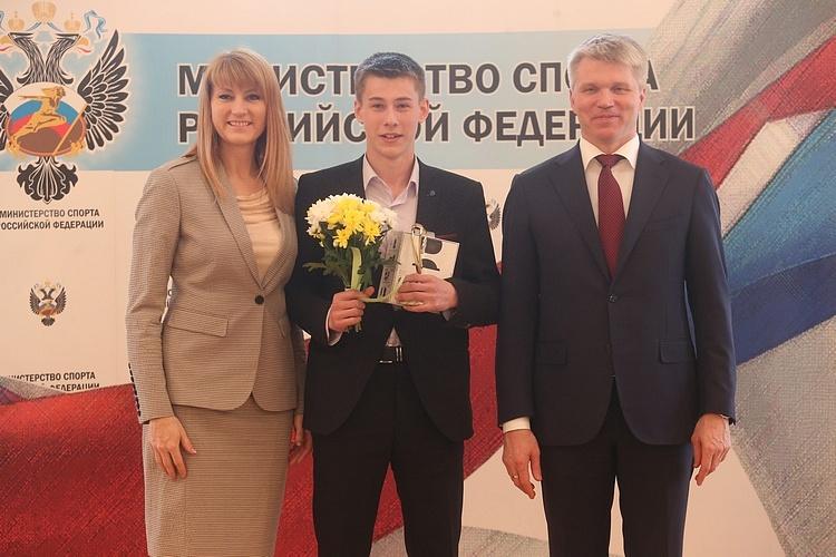 Вячеслав Тугарин с наградой. Фото: Андрей Махонин / ТАСС