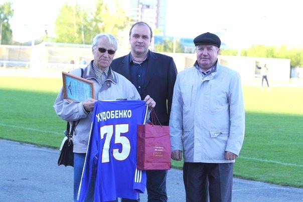 12 мая 2015 года. Омск, стадион «Красная звезда». Аркадий Владимирович получает памятные подарки от президента футбольного клуба