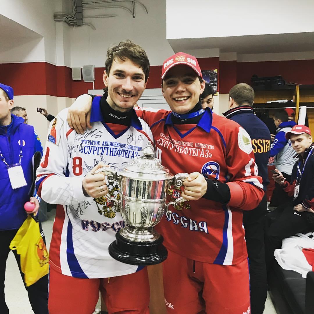 Максим Ишкельдин и Алмаз Миргазов с Кубком чемпионов мира (Фото из личного архива хоккеиста)
