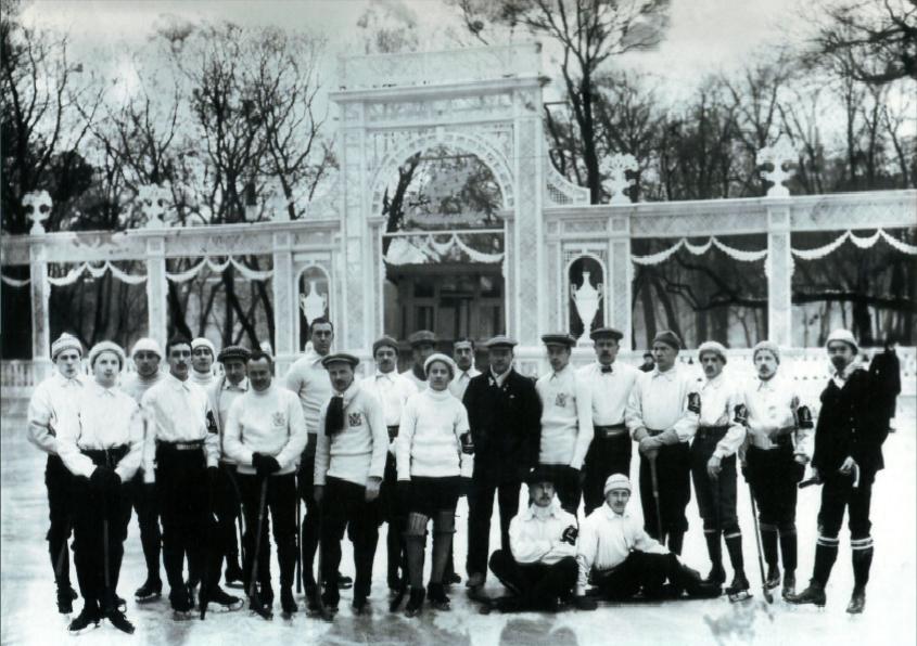 1913 г. Санкт-Петербург. Каток в Юсуповом саду. Хозяева поля (эмблема на левом рукаве) принимают хоккеистов «Яхт-клуба» (Москва)