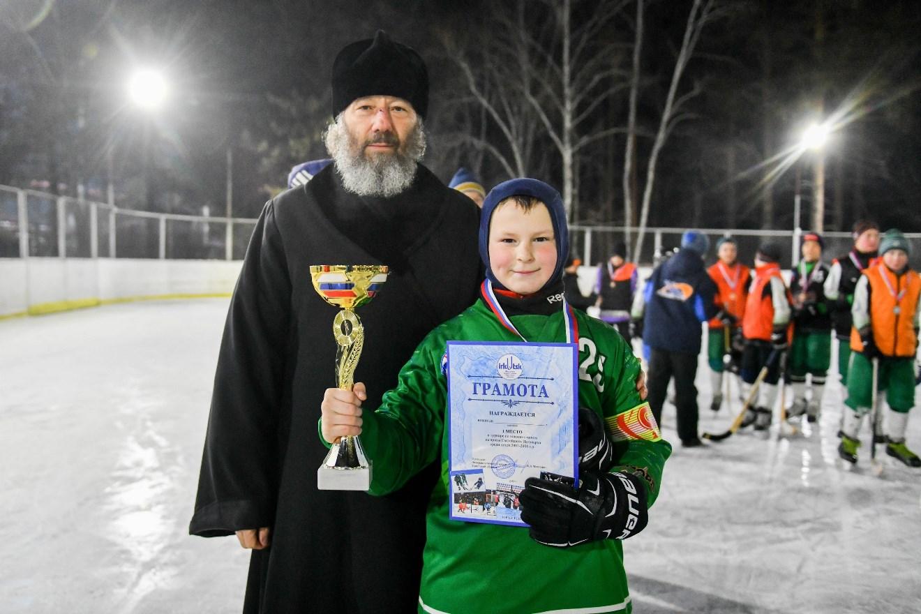 Протоиерей Василий и капитан команды победительницы