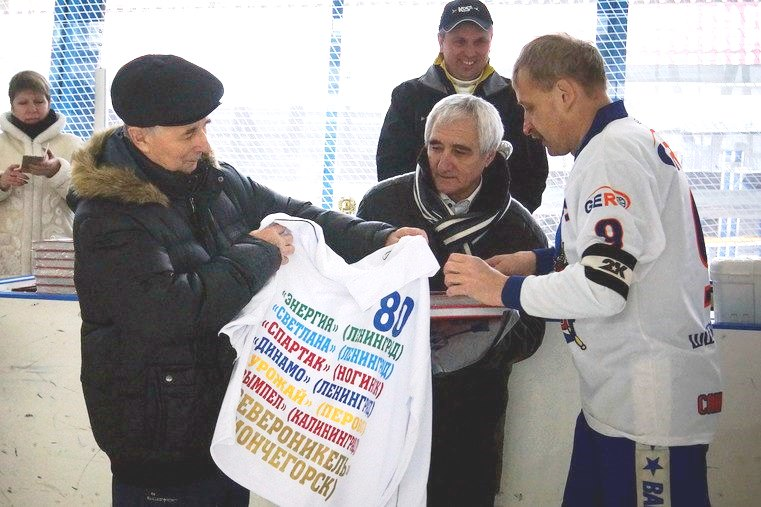 Фото с 80-летнего юбилея. Юрия Владимировича поздравляют Виталий Лазицкий и Владимир Бажин.