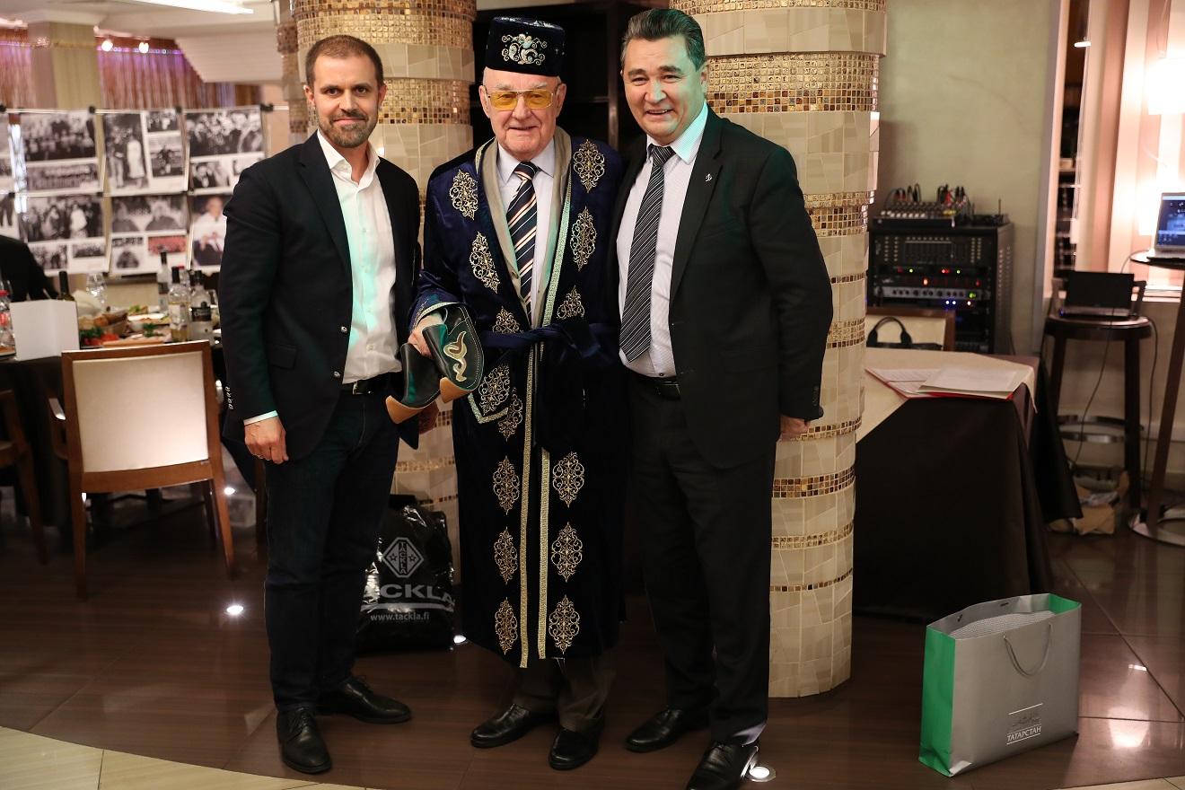 Салават Гайсин (крайний справа) на 80-летии А.И.Поморцева в Москве.