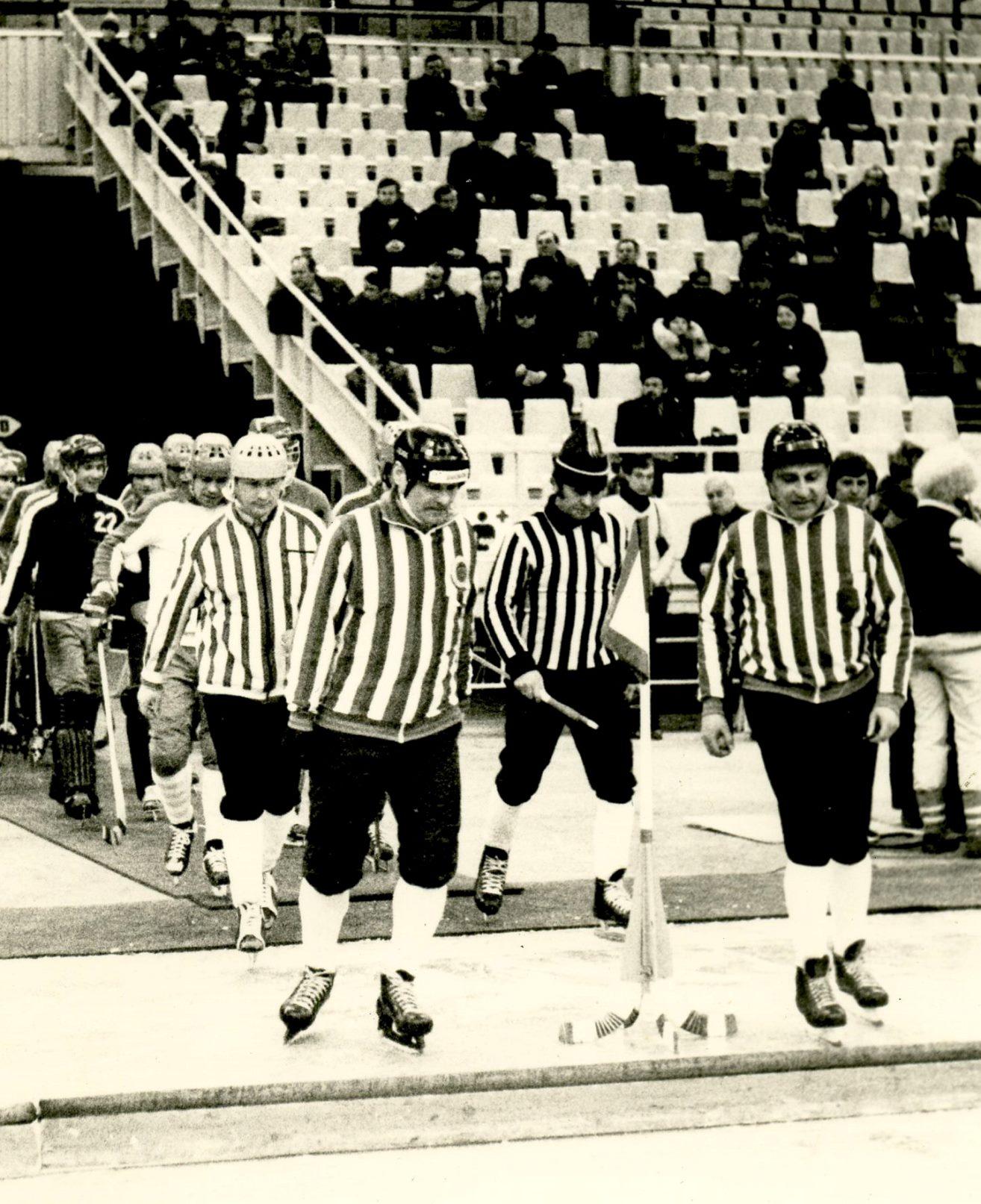 Москва, Олимпийский. Арбитры Александр Черёмушкин и Виктор Глебов выводят команды на лёд
