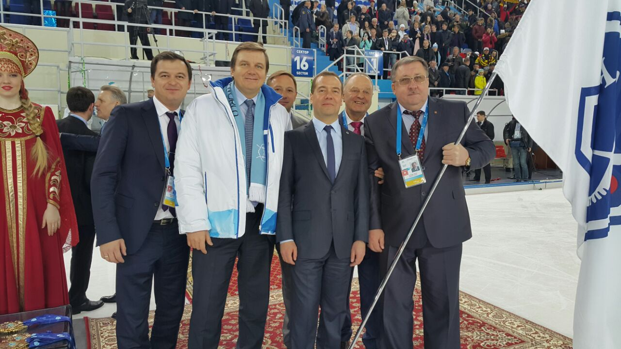 Максим Кастырин (слева) с Игорем Ананских, Дмитрием Медведевым, Борисом Скрынником и Александром Якуниным после победы на ЧМ-2015 в Хабаровске