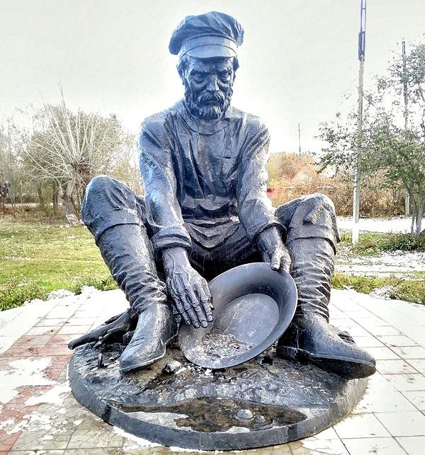 Пласт. Старатель. Памятник посвящён первооткрывателям-золотодобытчикам Кочкарского месторождения (1845 год)