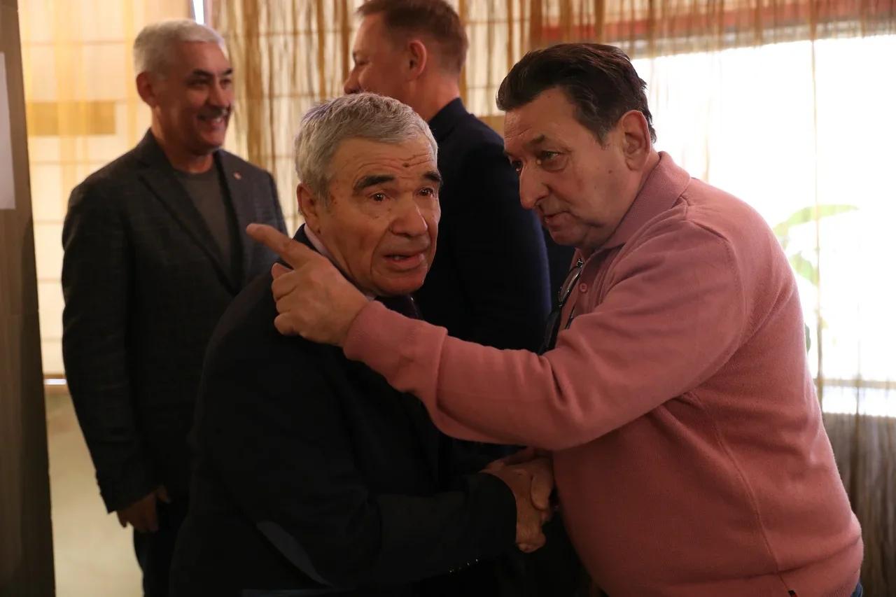 Евгений Богомазов (справа) с легендарным хоккеистом Николаем Дураковым (Фото пресс-службы ФХМР.)