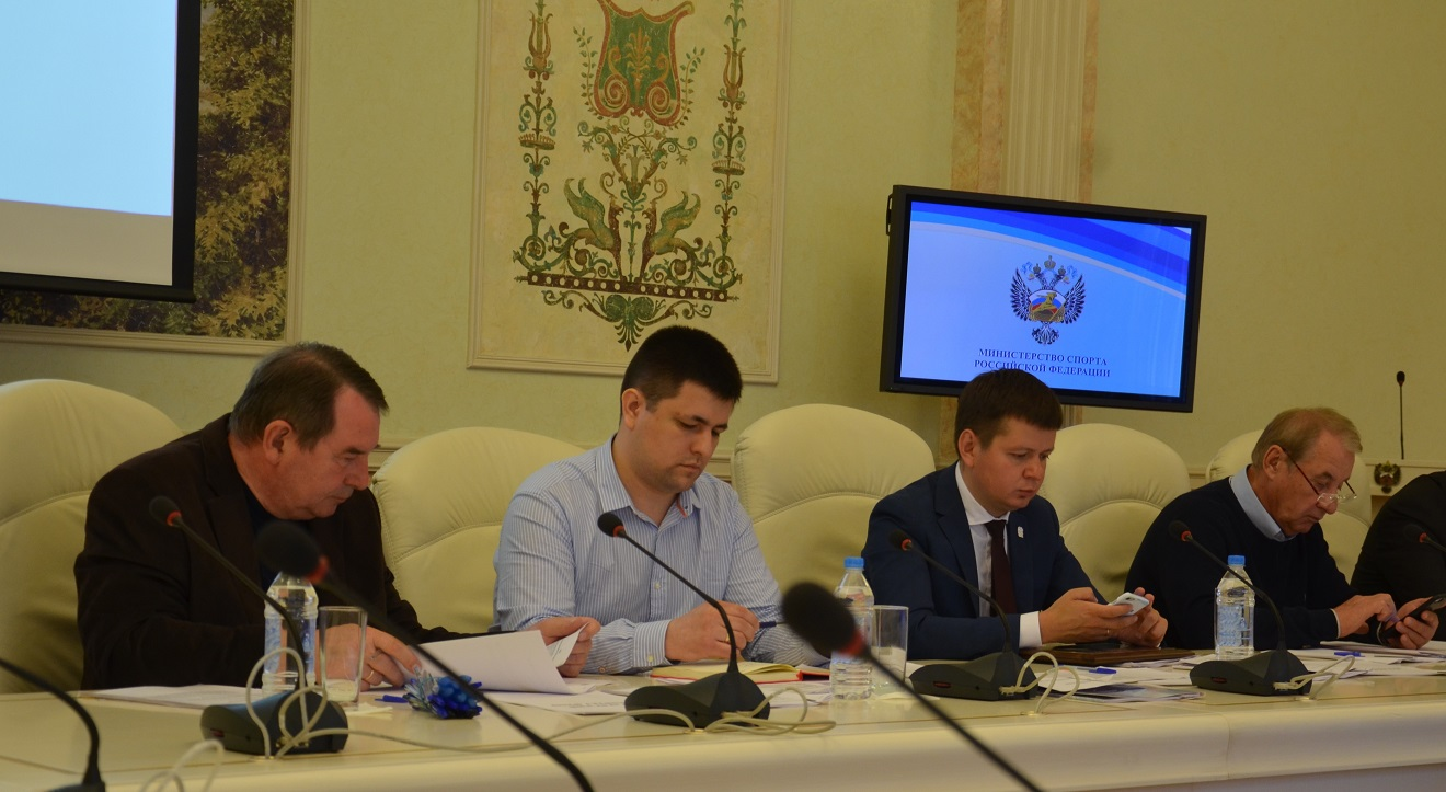 Игорь Панков (крайний слева) во время заседания Исполкома ФХМР (Фото Евгения Конова)